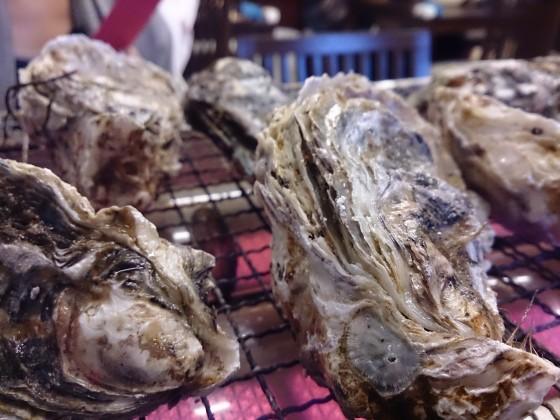 牡蠣をグリルで焼いている様子